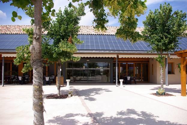 Bâtiment avec panneaux solaires intégrés en toiture
